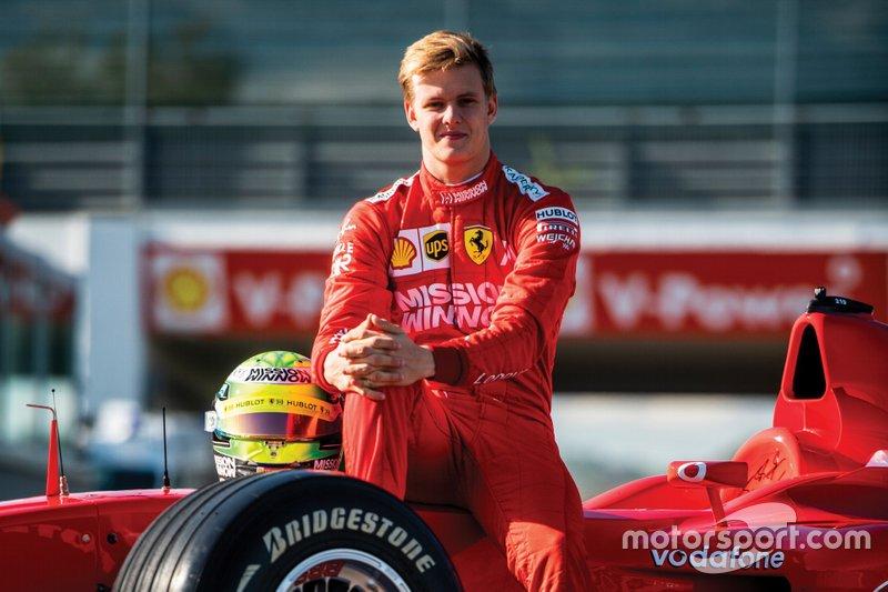 Mick Schumacher guida la Ferrari F2002