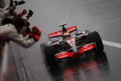Yarış galibi Lewis Hamilton, McLaren MP4-22