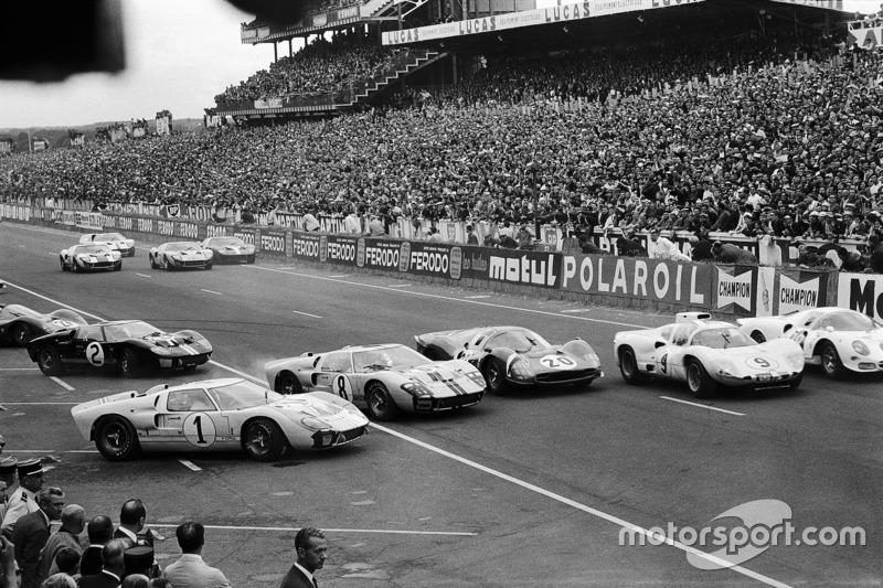 Chaotische Le Mans-start #1 Ken Miles wordt ingehaald door de concurrentie van Ford, Ferrari en Chaparral-Chevrolet