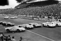 #1 Ken Miles, es brincado al inicio por John Whitmore, Ford #8, Mike Parkes, Ferrari #20, Jo Bonnier, Chaparral-Chevrolet #9 y Bondurant Ferrari #8