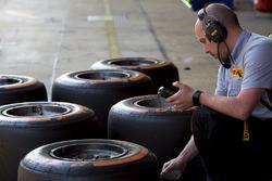 Un ingeniero de pirelli comprueba las temperaturas de los neumáticos