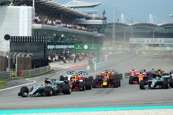 Старт: Льюіс Хемілтон, Mercedes-Benz F1 W08, лідирує