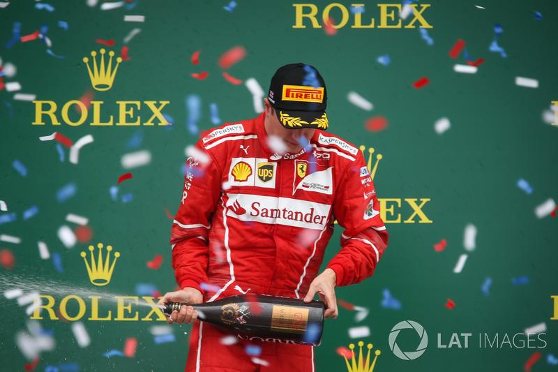 Kimi Raikkonen, Ferrari sur le podium avec du champagne