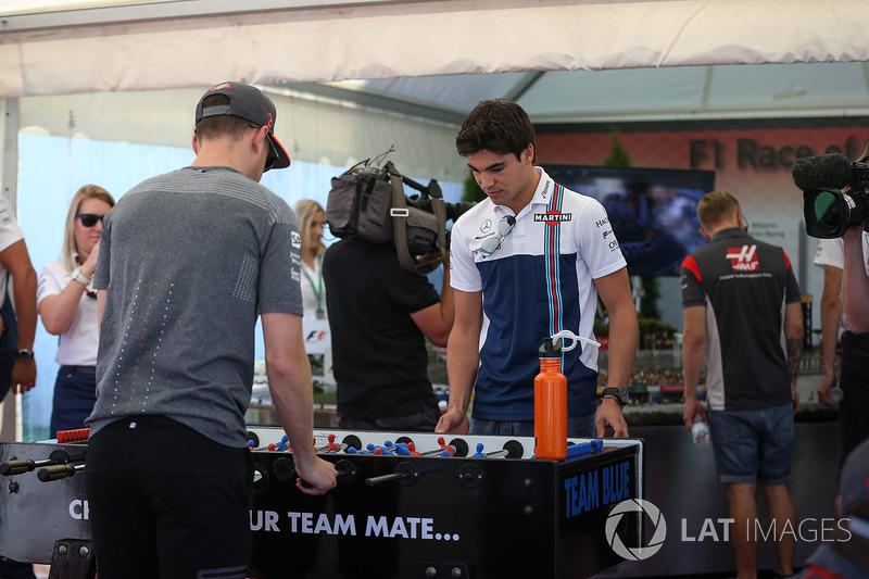 Стоффель Вандорн, McLaren та Ленс Стролл, Williams, грають у настильний футбол