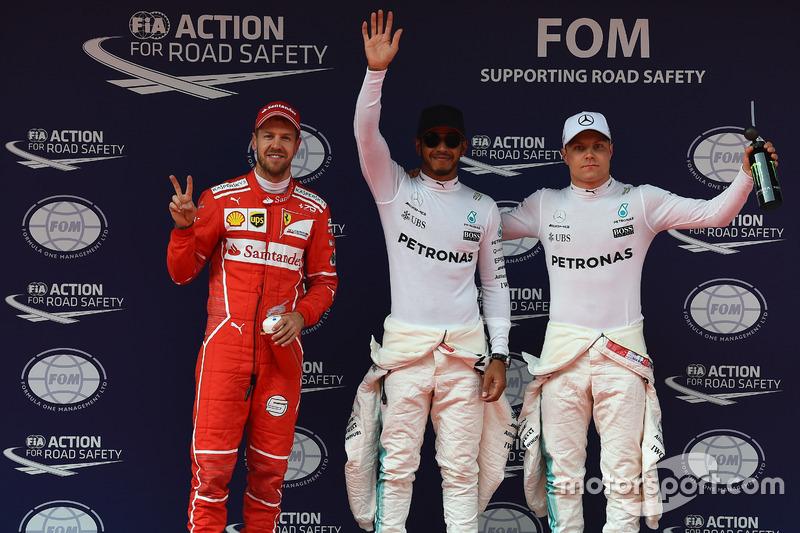 Sebastian Vettel, Ferrari, pole sitter Lewis Hamilton, Mercedes AMG F1 e Valtteri Bottas, Mercedes AMG F1
