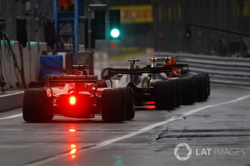 The green light opens the pit lane