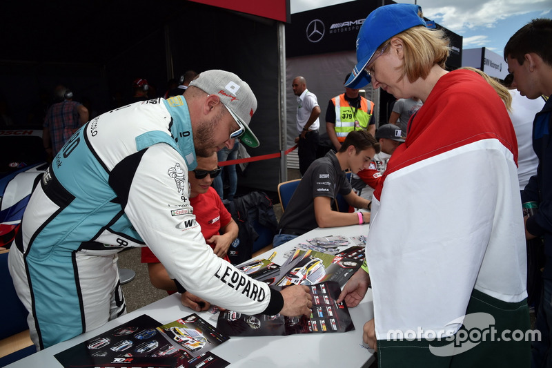 Autogrammstunde: Rob Huff, Leopard Racing Team WRT, Volkswagen Golf GTi TCR