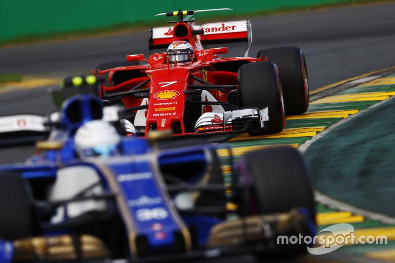 Antonio Giovinazzi, Sauber C36, delante de Kimi Raikkonen, Ferrari SF70H