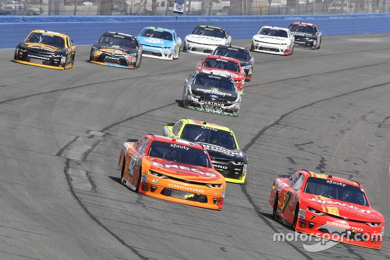 Kyle Larson, Chip Ganassi Racing Chevrolet y Justin Allgaier, JR Motorsports Chevrolet