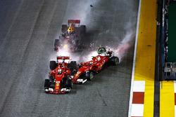 L'incidente tra Sebastian Vettel, Ferrari SF70H, Max Verstappen, Red Bull Racing RB13 e Kimi Raikkonen, Ferrari SF70H all'inizio della gara