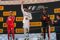 المنصة: الفائز بالسباق لويس هاميلتون، مرسيدس، المركز الثاني: سيباستيان فيتيل، فيراري، المركز الثالث: دانيال ريكاردو، ريد بُل