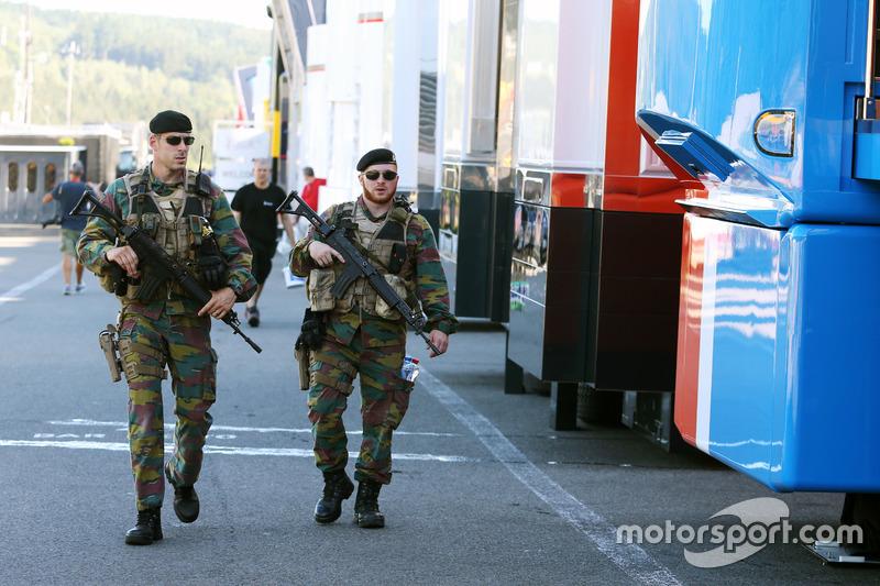 Le forze armate controllano i box e il paddock