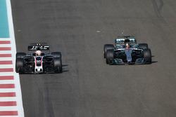 Antonio Giovinazzi, Haas F1 Team VF-17 ve Lewis Hamilton, Mercedes-Benz F1 W08