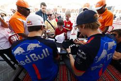Pierre Gasly, Toro Rosso, et Brendon Hartley, Toro Rosso, signent des autographes pour les fans