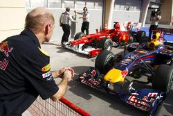 Adrian Newey, Red Bull Racing, Red Bull RB5 Renault ve Ferrari F10'a bakıyor