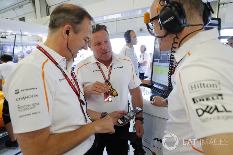 Jonathan Neale, Managing Director McLaren, berbincang dengan Zak Brown, CEO McLaren Racing