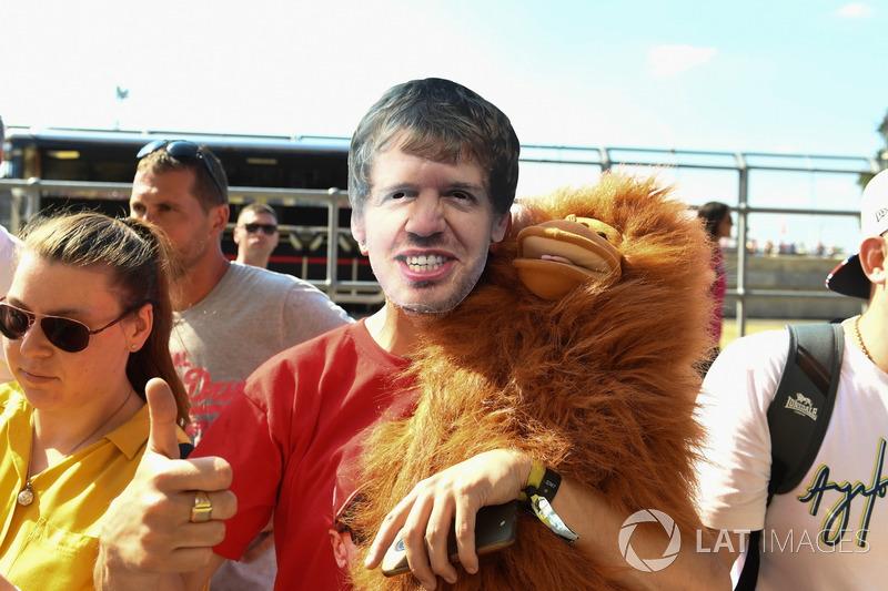 Un tifoso con la maschera di Sebastian Vettel, Ferrari