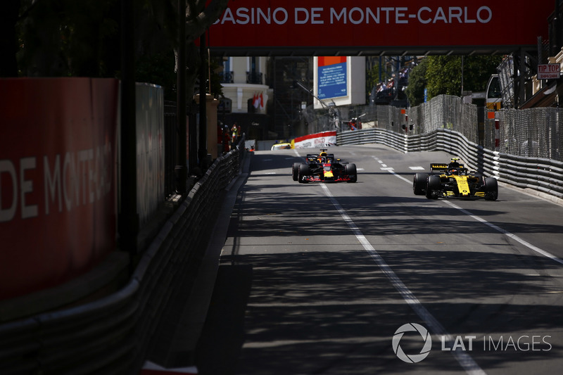 Carlos Sainz Jr., Renault Sport F1 Team R.S. 18., leads Daniel Ricciardo, Red Bull Racing RB14
