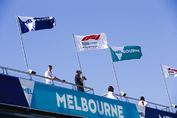 Les drapeaux de Melbourne et de la F1