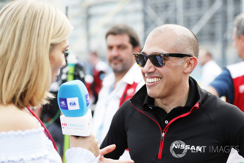 Presenter Formula E, Nicki Shields, berbincang dengan Michael Carcamo, Nissan Motorsport