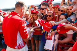 Sebastian Vettel, Ferrari, con sus fans