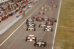 Gerhard Berger, Benetton B186 BMW voor Keke Rosberg, McLaren MP4/2C TAG Porsche, Nelson Piquet, Williams FW11 Honda, Alain Prost, McLaren MP4/2C TAG Porsche, Riccardo Patrese, Brabham BT55 BMW and Nigel Mansell, Williams FW11 Honda bij de start