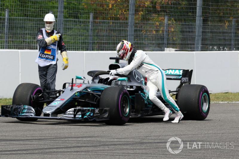 Lewis Hamilton, Mercedes-AMG F1 W09 se detiene en la pista y empuja su auto
