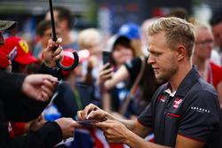 Kevin Magnussen, Haas F1 Team, firma autógrafos para los fanáticos