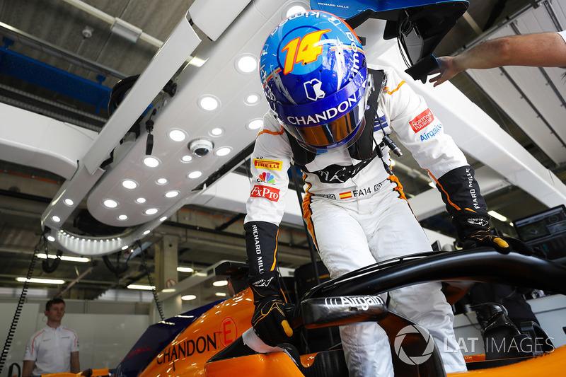 Fernando Alonso, McLaren MCL33, entra nell'abitacolo della sua monoposto