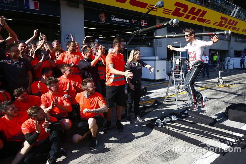 Romain Grosjean, Haas F1 Team, et l'équipe Haas F1 Team fêtent leur meilleur résultat