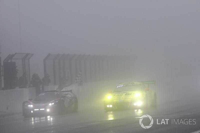Финиш: Рихард Лиц, Патрик Пиле, Фредерик Маковецки, Ник Тэнди, Manthey Racing, Porsche 911 GT3 R (№912)