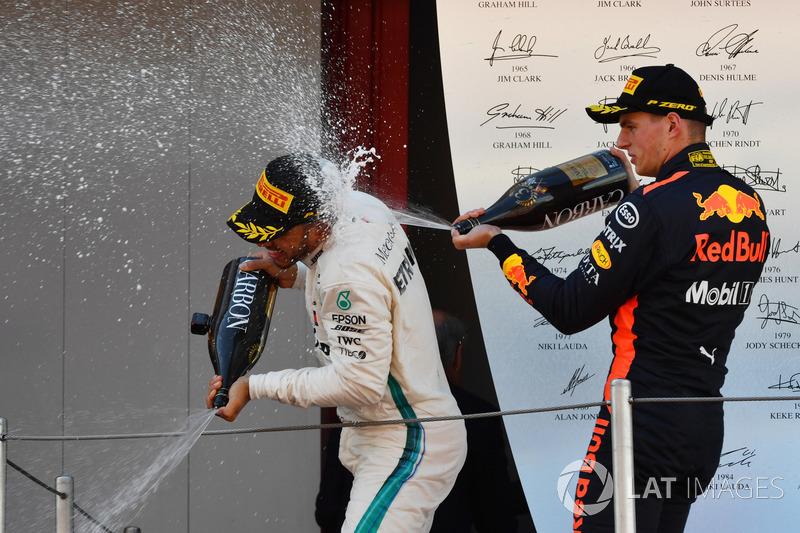 Il vincitore della gara Lewis Hamilton, Mercedes-AMG F1 e Max Verstappen, Red Bull Racing festeggiano sul podio con lo champagne