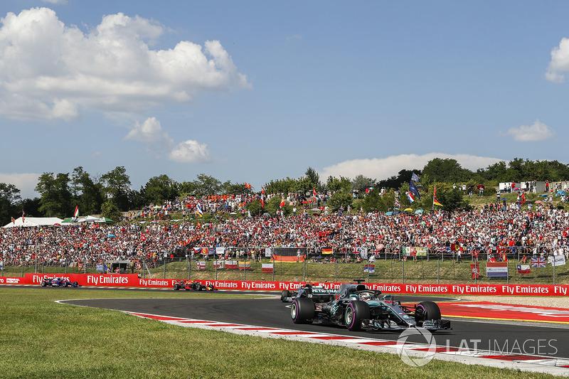 Lewis Hamilton, Mercedes AMG F1 W09 en la salida