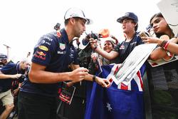 Даніель Ріккардо, Red Bull Racing, роздає автографи