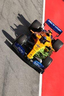 Carlos Sainz Jr., McLaren MCL34, arrives in the pit lane carrying aero paint
