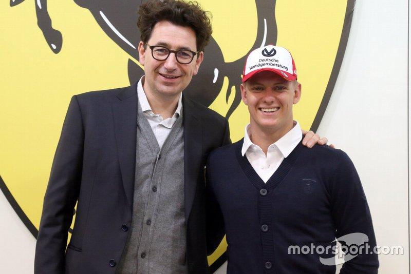La gran noticia de 2019 llegaría con su fichaje por Ferrari, pasando a formar parte de la academia de jóvenes pilotos de los de Maranello