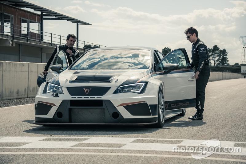 Andrea Dovizioso y Jorge Lorenzo, pilotos de MotoGP de Ducati Corse y embajadores de CUPRA, prueban el coche de competición de la marca
