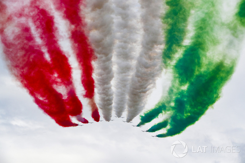 Frecce Tricolori beraksi di udara