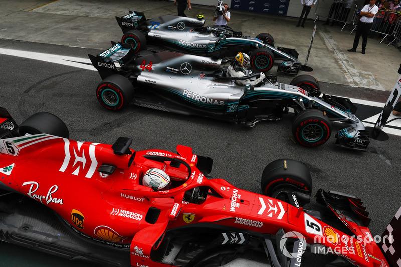 Lewis Hamilton, Mercedes AMG F1, fête sa pole position entre Valtteri Bottas, Mercedes AMG F1 W09, et Sebastian Vettel, Ferrari SF71H.