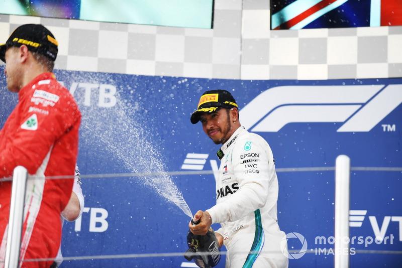 Il vincitore della gara Lewis Hamilton, Mercedes AMG F1, festeggia sul podio, con lo champagne