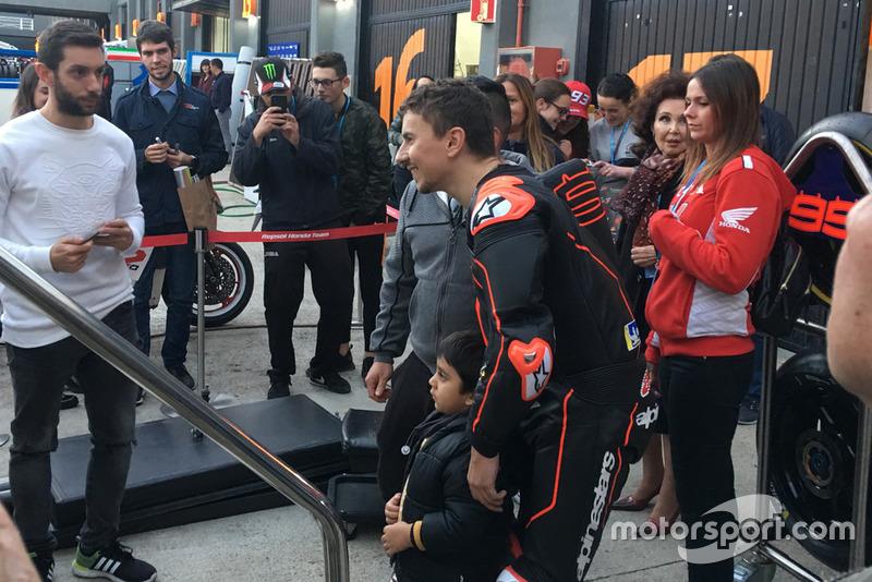 Jorge Lorenzo, con los fans este miércoles en Cheste tras bajarse de la Honda