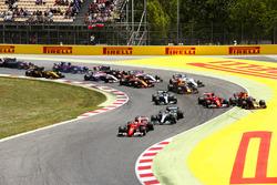 Sebastian Vettel, Ferrari SF70H, Lewis Hamilton, Mercedes AMG F1 W08, Kimi Raikkonen, Ferrari SF70H, Max Verstappen, Red Bull Racing RB13, Valtteri Bottas, Mercedes AMG F1 W08, the rest of the field at the start