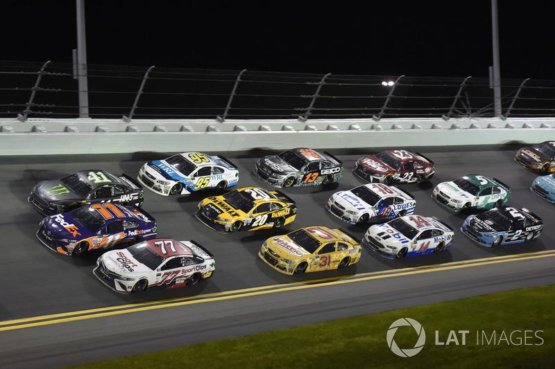 Erik Jones, Furniture Row Racing Toyota, Denny Hamlin, Joe Gibbs Racing Toyota, Kurt Busch, Stewart-Haas Racing Ford
