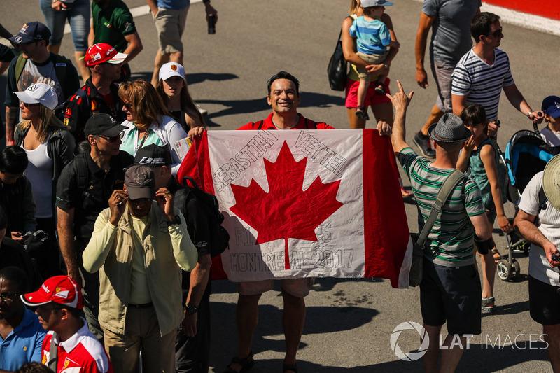 Уболівальник із прапором Канади
