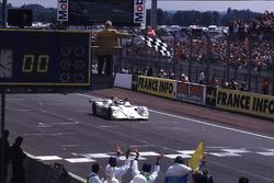 Checkered flag for Pierluigi Martini, Yannick Dalmas, Joachim Winkelhock, BMW V12 LMR
