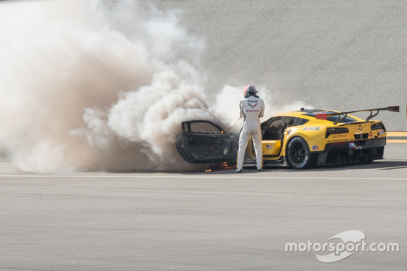 Marcell Fassler apaga el fuego de su Corvette N°4.