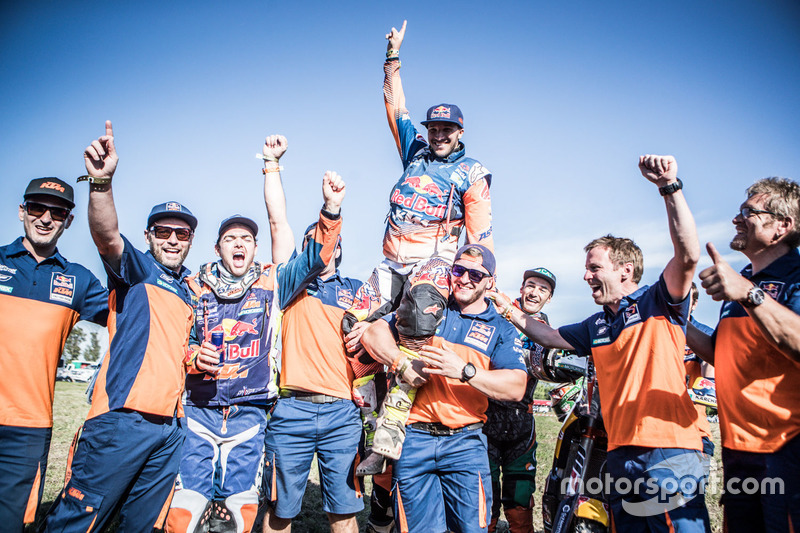 #14 Red Bull KTM Factory Racing: Sam Sunderland y #16 Red Bull KTM Factory Racing: Matthias Walkner celebra con el equipo
