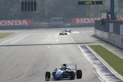 Presely Martono memimpin Race 3