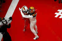 Lewis Hamilton, Mercedes AMG; Sebastian Vettel, Ferrari,im Parc Ferme