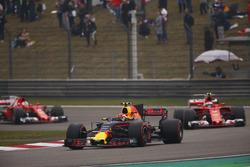 Max Verstappen, Red Bull Racing RB13; Kimi Räikkönen, Ferrari SF70H; Sebastian Vettel, Ferrari SF70H
